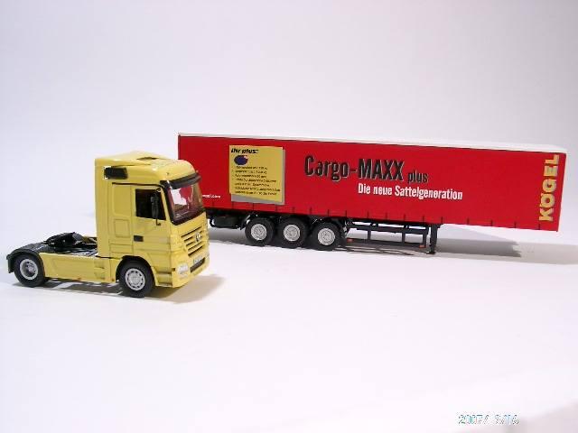 Actros mit Gardinenplanenauflieger Kögel Cargo Maxx plus