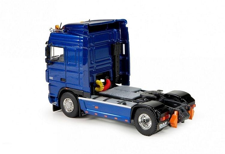 DAF XF Space Cab 4x2 blau