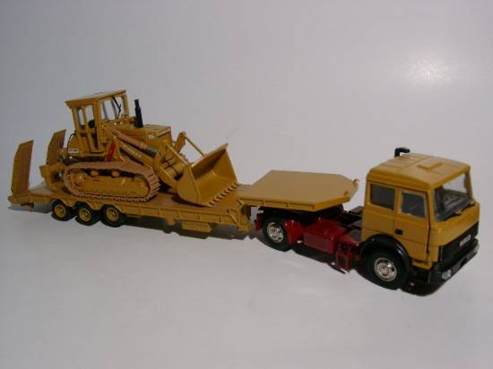 Iveco Tieflader mit Raupe