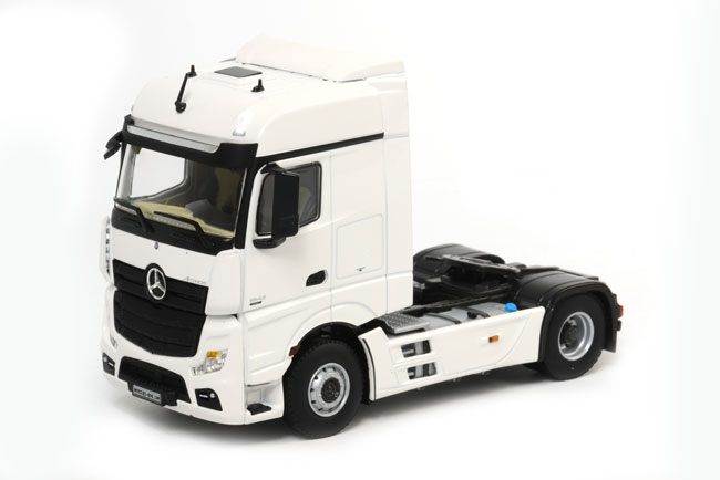 MB Actros Big Space white line